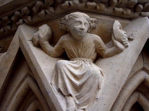 20131231120654-homme-tenant-deux-masques-detail-de-la-cathedrale-saint-etienne-de-metz.jpg