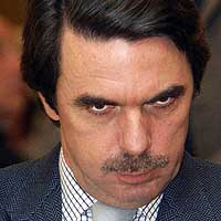 aznar a su llegada a Heathrow.jpg