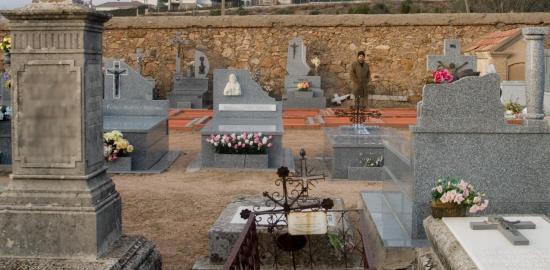 En el cementerio, en el mismo lugar que las niñas