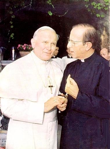 Marcial Maciel y su jefe y protector en 1979, cuando partían la pana, cogidos por  la mano.